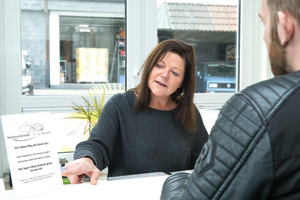 Anja Weide im Kundengespräch